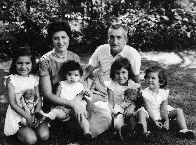 Retrato de familia. Héctor Oesterheld, su esposa Elsa Sánchez y sus cuatro pequeñas hijas, en el jardín de su casa de Beccar.