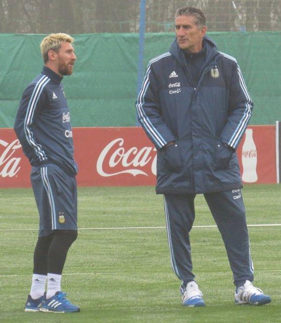 <div>La postal. Messi, con el nuevo look, y el Patón, juntos por primera vez en el predio de la AFA en Ezeiza.</div>