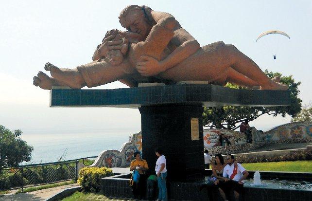 Miraflores romántica. Una gigantesca escultura de dos enamorados que se besan en el malecón del Parque del Amor es el lugar de encuentro de las parejas limeñas.