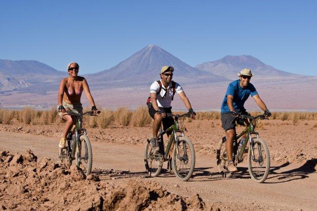 Muchos turistas aprovechan para pasear por el árido desierto en bicicleta.