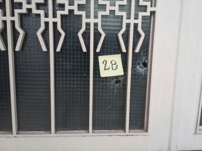 Uno de las balas fue a parar a una vivienda de la cuadra.