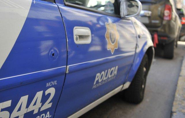 El auto del custodio recibió varios impactos de bala.