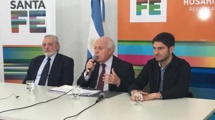 El gobernador de Santa Fe, Miguel Lifschitz, dio una conferencia de prensa secundado por los ministros Ricardo Silberstein y Maximiliano Pullaro.