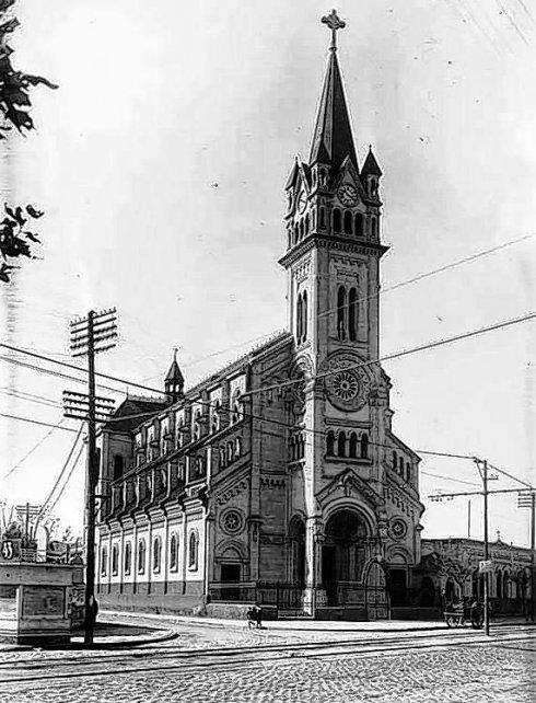 Primera. La Iglesia del Perpetuo Socorro, avenida Alberdi y French (1935).