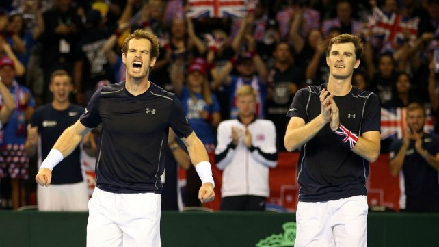 Andy y Jamie festejan al concluir la extensa labor. Le dieron el primer punto a Gran Bretaña y el pase a la final se definirá mañana.
