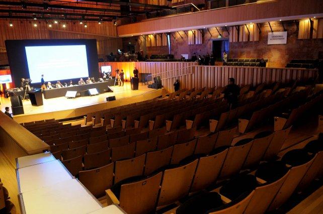 La audiencia se desarrolla ante un auditorio casi vacío.