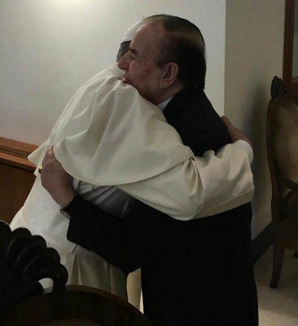 El abrazo entre el Papa y Menem.