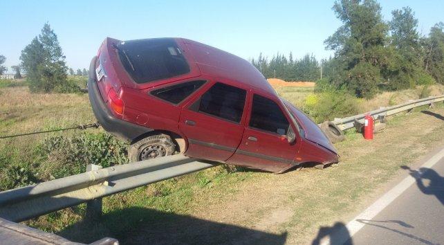 El auto quedó suspendido en el guardarraíl.