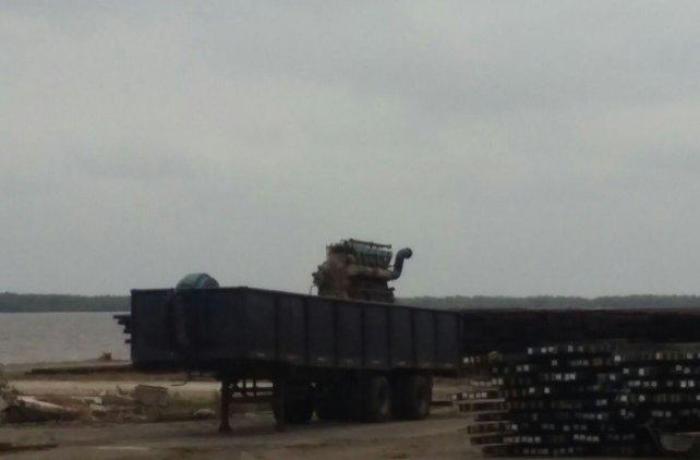 El motor de grandes dimensiones que estaba en el puerto.
