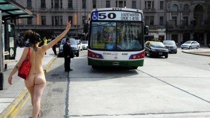 Un grupo de mujeres se desnudó para promover la tolerancia en Plaza Congreso.