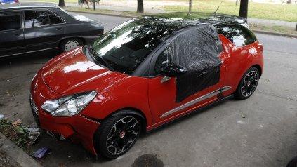 El auto en el que viajaban Luis Medina y su novia cuando fueron ejecutados en la avenida Circunvalación.