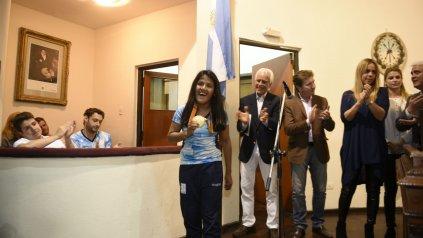 Yanina Martínez muestra orgullosa su medalla dorada.