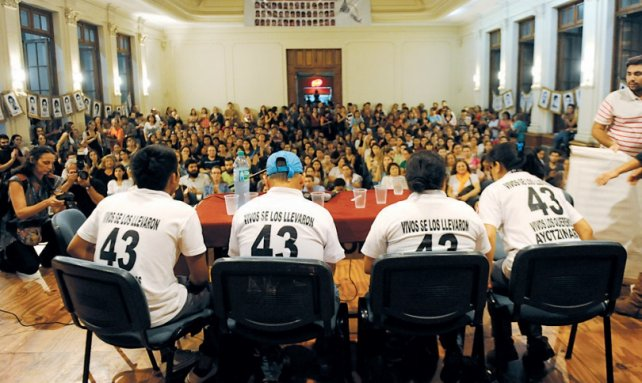El miércoles pasado el salón de actos del Normal 2 estuvo colmado de estudiantes, en apoyo a la lucha de Ayotzinapa.<br>