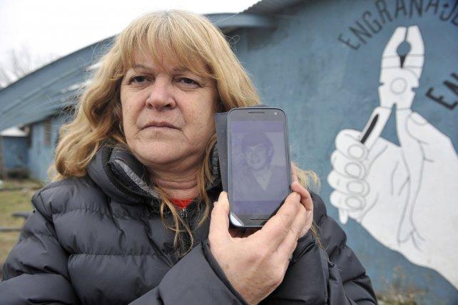 Estela Lindner y una foto de su hermano desaparecido Osvaldo.
