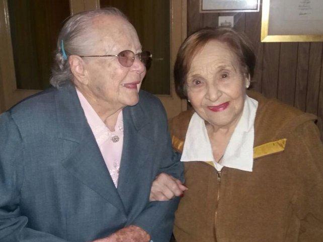 Norma y Dora, hace pocos días, cuando se reencontraron en la casa de la segunda para recordar sus días en lo que hoy es la Escuela Gurruchaga.