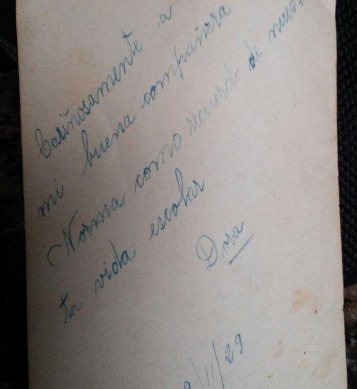 <div>El reverso de la foto que buscó Norma tras leer el diario y reconocer a su amiga. Dora se la había dedicado en noviembre de 1929.</div>