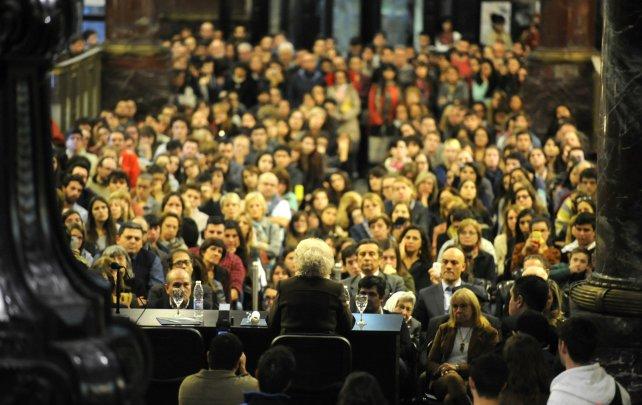 """""""Siempre estamos haciendo docencia, para que la gente sepa lo que nos pasó, que nos tocó a todos la dictadura, que de una manera u otra todos perdieron"""". dijo Estela ante una multitud en el ECU."""