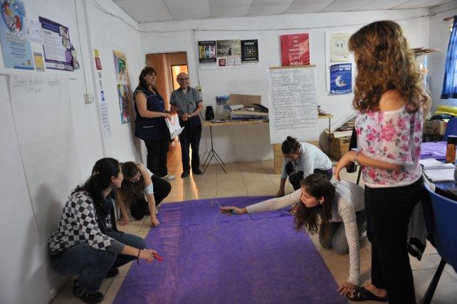 Montaldo junto a las chicas que participan del proyecto.