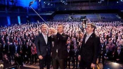 Selfie grupal. Macri, junto a Frigerio y Peña posan para la foto, junto a los intendentes en Tecnópolis.