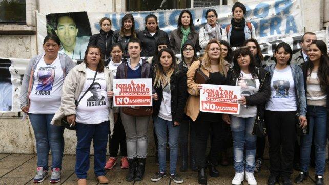 Los familiares de Jonatan Herrera, en las puertas de Tribunales.