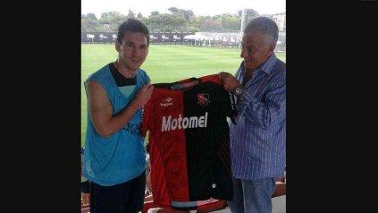 Lionel con el expresidente Guillermo Lorente, cuando este le entregó una camiseta de Newell's firmada. (Foto de archivo)