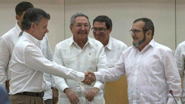 Frente a Raúl Castro, Juan Manuel Santos estrecha la mano con el líder de las Farc Timoleon Jiménez. Fue el 23 de septiembre de 2015.