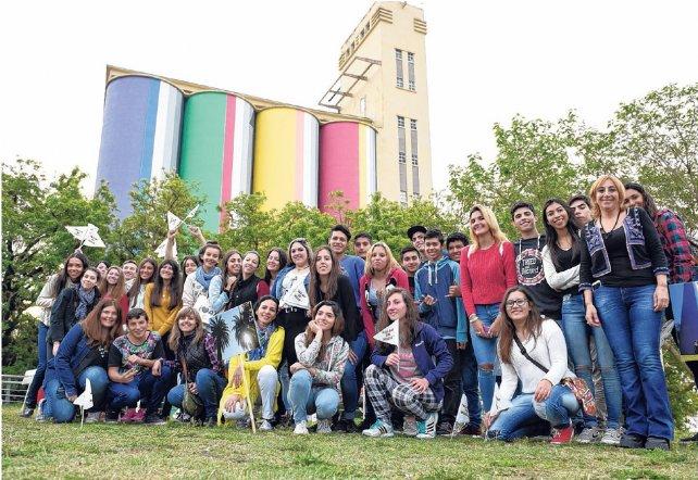 Estudiantes y docentes del Proyecto Caminante. Vuelven visibles lugares simbólicos de Rosario. Comenzaron por el Macro, ahora siguen por el sitio de la tragedia de calle Salta y la Estación Rosario Oeste.