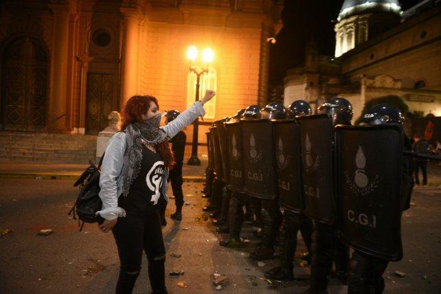 El cruce entre manifestantes y la policía se produjo frente a la Catedral.