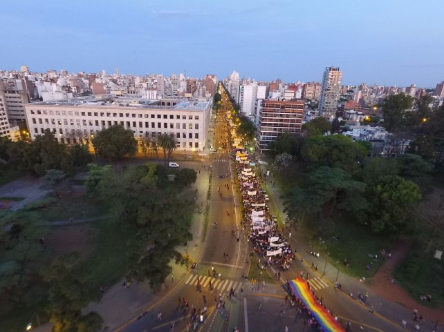 La impactante imagen de la marcha por avenida Pellegrini.