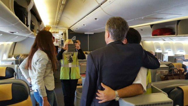 El presidente accedió a fotografiarse con empleados de la aerolínea que lo llevó a Roma