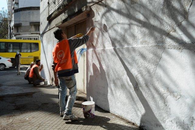 El personal municipal lleva a cabo también pintura en los frentes afectados.