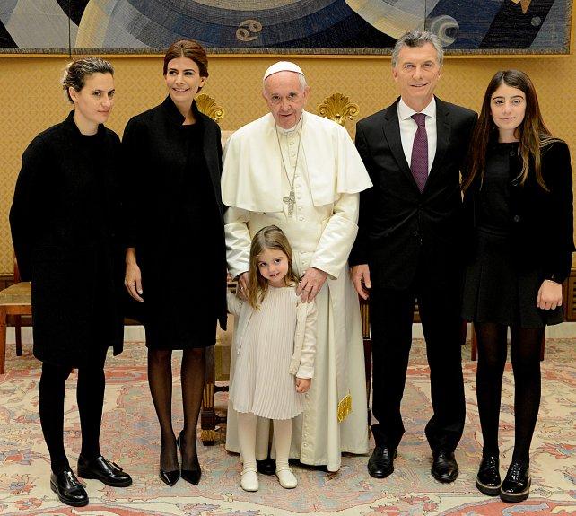 Macri junto a su familia y el Papa Francisco.