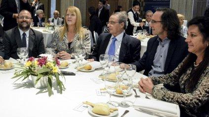 La diputada del GEN Margarita Stolbizer, junto al presidente de la Bolsa de Comercio, Horacio Pargas, y el ministro de Finanzas, Osvaldo Giordano, en Córdoba.