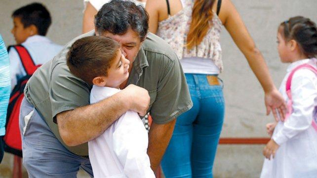 Los papás regalaron consejos y abrazos a sus hijos que van a la primaria.