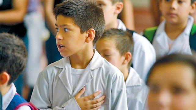 Grandes y chicos se sumaron a cantar el himno antes de empezar las clases.