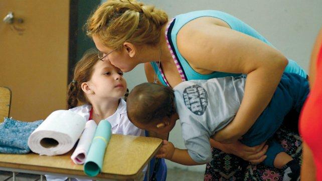 Las mamás entraron con sus hijos al aula y los despidieron con mucho afecto.