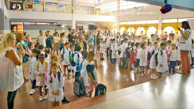 """""""Bienvenidos"""". En el amplio y luminoso patio interno de la Escuela Nº 1.267 las maestras y directivas saludaron a los más pequeños y a los padres en el inicio del ciclo lectivo."""