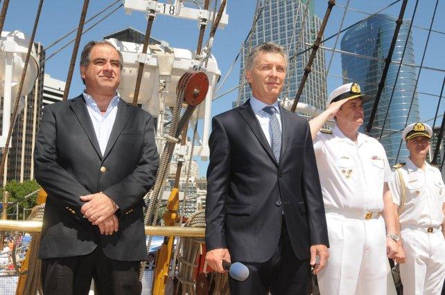 Macri y el ministro de Defensa Martínez, durante el acto de hoy.