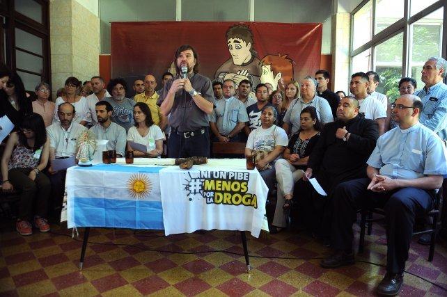 Fabián Belay, sentado a la derecha, escuchando al Padre Pepe Di Paola.