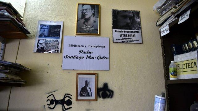 Mac Guire, rodeado de retratos de Mugica, Angelelli y Pocho Lepratti.