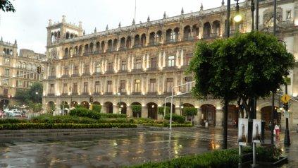 Uno de los edificios históricos frente a la plaza principal.