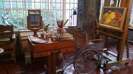 La silla de ruedas y el espejo, dos objetos que formaban parte del día a día de la artista.
