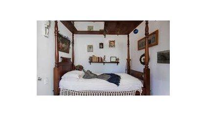 En la habitación de Frida se distinguen la cama que usaba y el espejo que está sobre la misma, donde ella comenzó a retratarse.