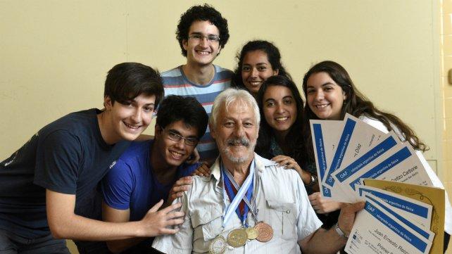 Los chicos ganadores, junto al profe Juan Farina.