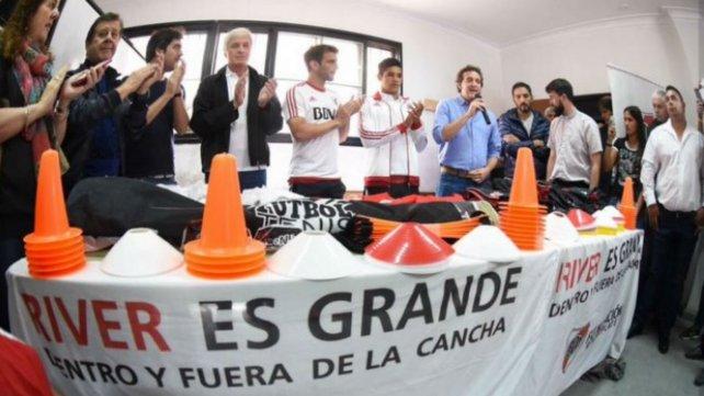 Iván Alonso y Facundo Medina llevaron regalos a los chicos de La Lata.