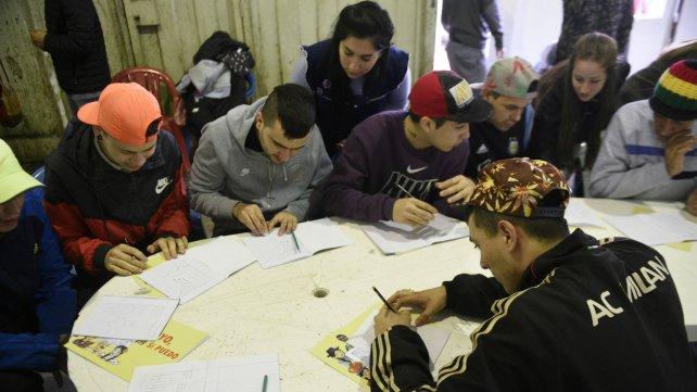 Jóvenes de la Unidad 6 aprenden con el método cubano.