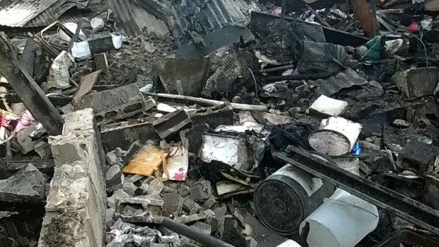 Las viviendas atacadas por el fuego sufrieron destrucción total y la ayuda es necesaria.