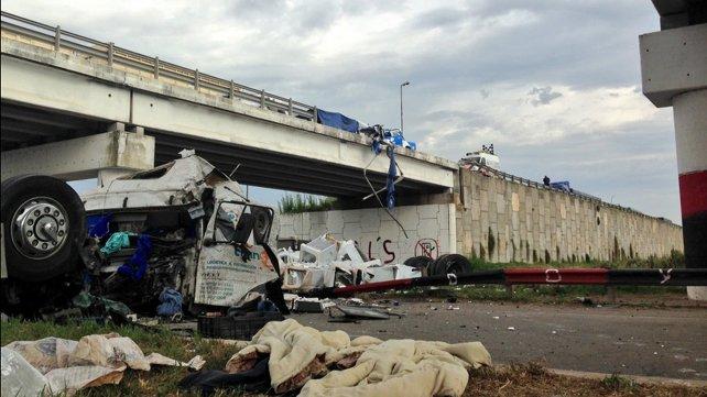 Un camión que transportaba cocinas cayó desde un puente en Rosario