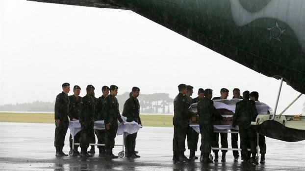 Los  cuerpos llegaron en tres aviones de la Fuerza Aérea Brasilera.
