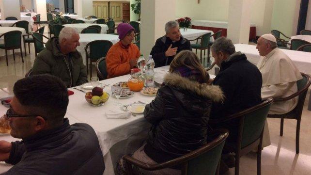 Francisco compartió el desayuno con un grupo de sin techos.